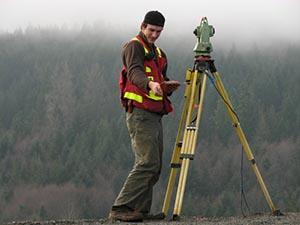 En landmåler bruger trekantsberegninger i sit opmålingsarbejde
