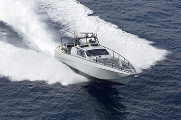 Når båden planer bliver modstanden mindre.