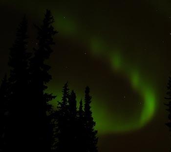 Nordlys fremkommer, når ladede partikler rammer atmosfæren