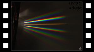Hvidt lys sendes gennem gitter