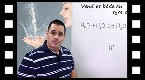 Vand er både en syre og en base.