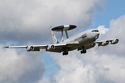 AWACS-fly (Airborne Warning And Control System) Radar.