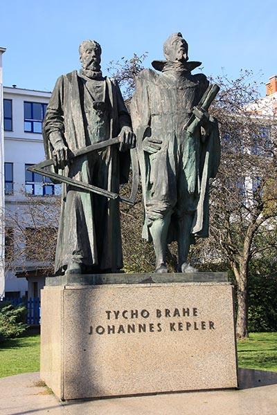Statue af Tycho Brahe og Johannes Kepler i Pragh.