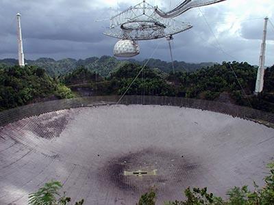Verdens største radioteleskop er 305 m i diamater. Arecibo observatorium, Puerto Rico.