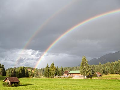 Brydning i vanddråber danner en regnbue