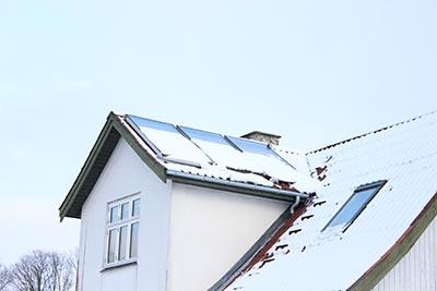 Mange private husejere har fået og får løbende tilskud til solcellestrøm. Snedækket gør solcellerne dog ikke gavn.